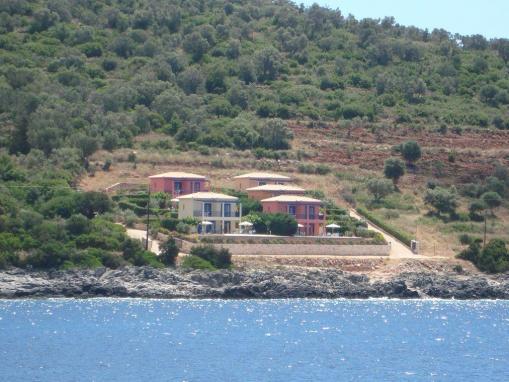 Lefkada villa su due livelli due camere con giardino e for Seminterrato su due livelli