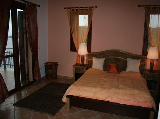 Lefkada villa tre camere con idromassaggio terrazzo for Villa con 5 camere da letto